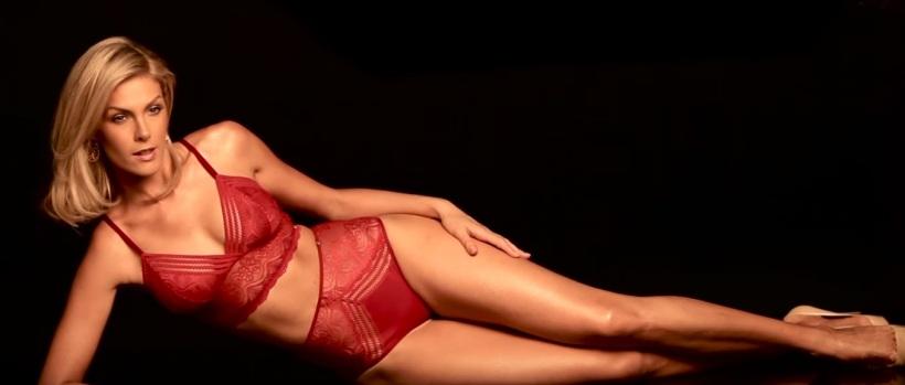 O sutiã cropped além de super confortável, pode ser usado com blazer. Para a Ana, peças monocromáticas compõem muito bem um look. As calcinhas Hot Pants também vem com tudo!
