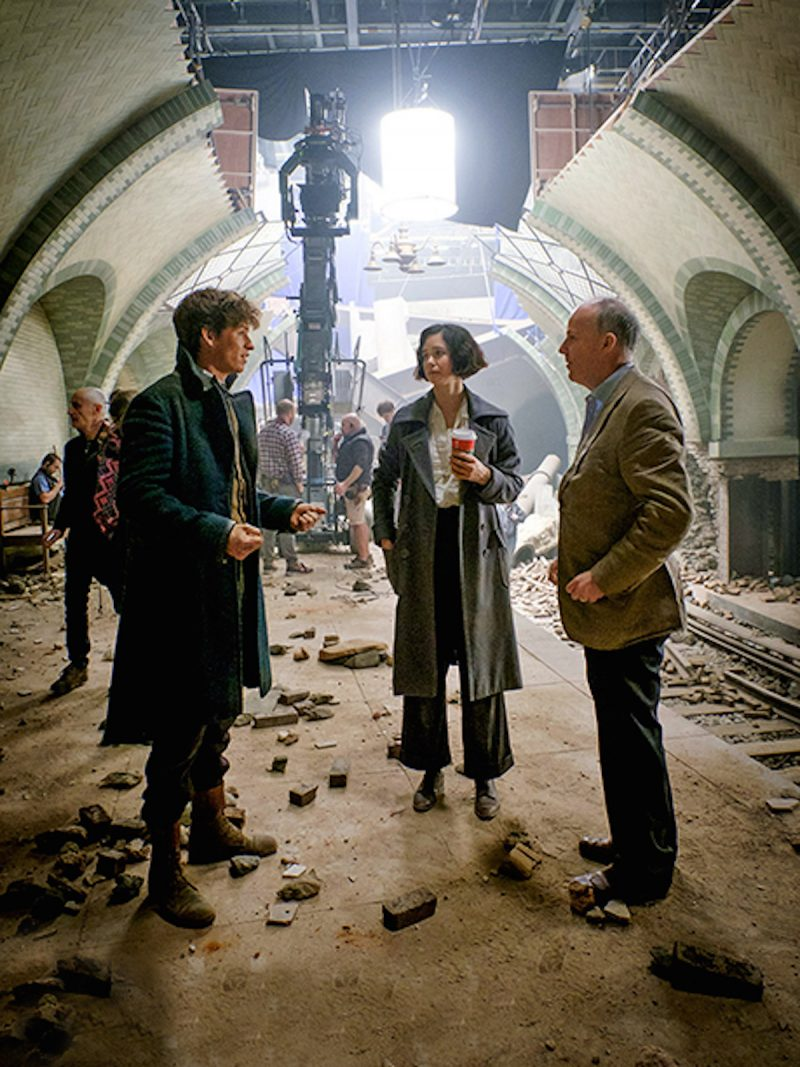 fantastic-beasts-set-photo-redmayne-waterston-yates-800x1067