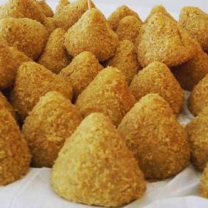 Coxinhas em dois sabores: batata doce com frango ou mandioca com carne. #semfarinha #semlactose.