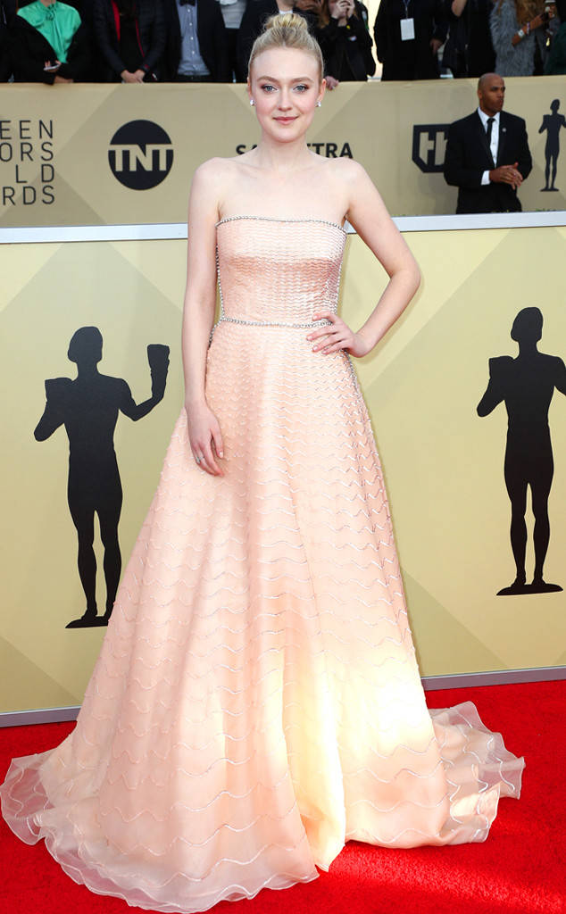 rs_634x1024-180121162554-634-red-carpet-fashion-2018-SAG-awards-dakota-fanning
